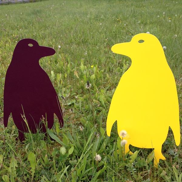 Pinguin dunkel violett und gelb